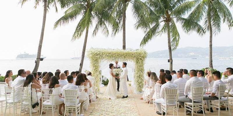Cecile and Kevin had an amazing Amari Patong wedding after dating each other for joyful 10 years. The American bride wore the most incredible lace and satin dress that converted into…